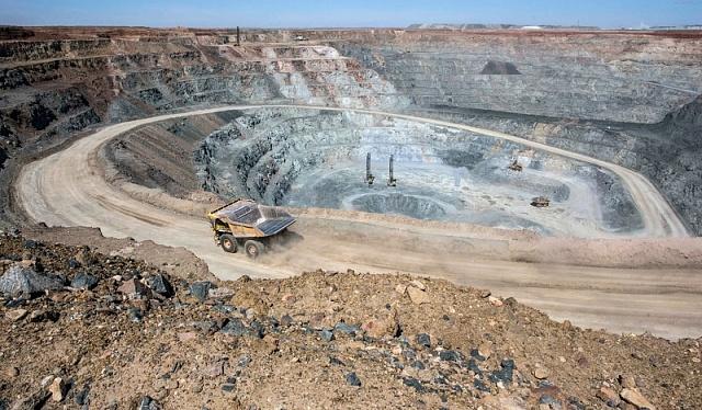 Obrovský důl Oyu Tolgoi, kde se doluje zlato a měď. Měl vytvářet až třetinu HDP, plánovala vláda.