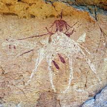 Pískovcový Ennedi Massif pozměnily přírodní živly v systém hlubokých kaňonů a přírodních oblouků. Je to zároveň jedna z nejbohatších sbírek nástěnných maleb v Sahaře.