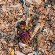 Chlapec mezi odpadky na skládce v Dháce