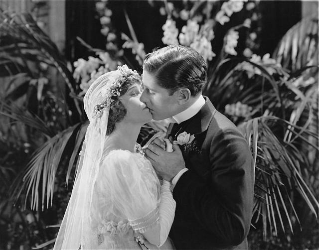 Projevy lásky bývaly před 100lety tabu. Ale brzy se to mělo změnit.