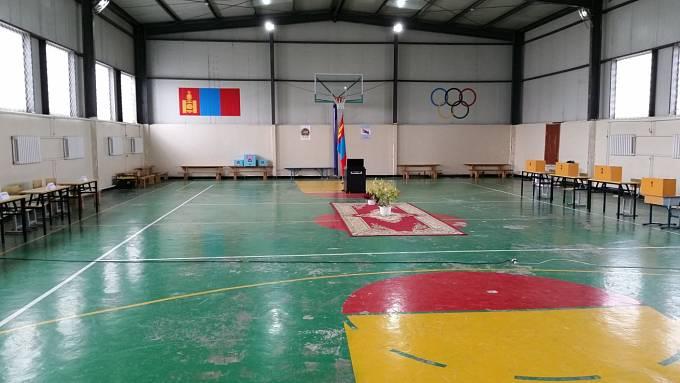 Jako volební místnosti zpravidla posloužily školní třídy či tělocvičny.