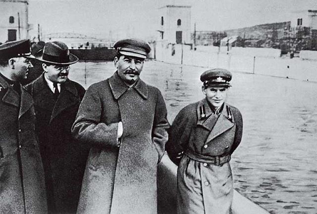 Sovětský diktátor Josif Vissarionovič Stalin roku 1937při inspekci Bělomořského kanálu