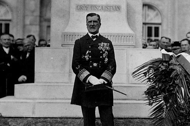 Maďarský regent admirál Miklós Horthy nastolil ve své zemi autoritářský režim.