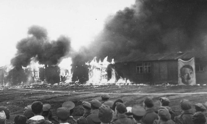 Ničení tábora Bergen-Belsen. Zachyceno reverendem Charlesem Martinem Kingem.