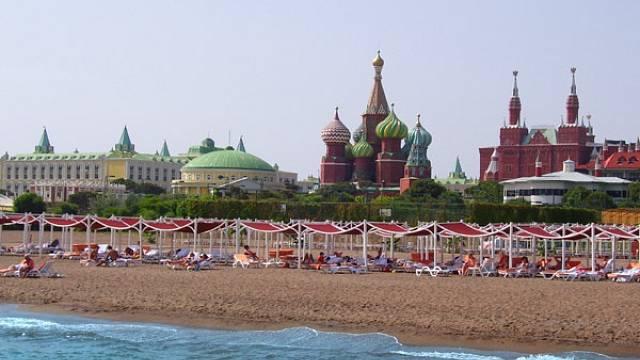 Na tomto Čechům důvěrně známém panoramatu jakoby něco nesedělo. Správně, moře a pláž jsou jaksi navíc