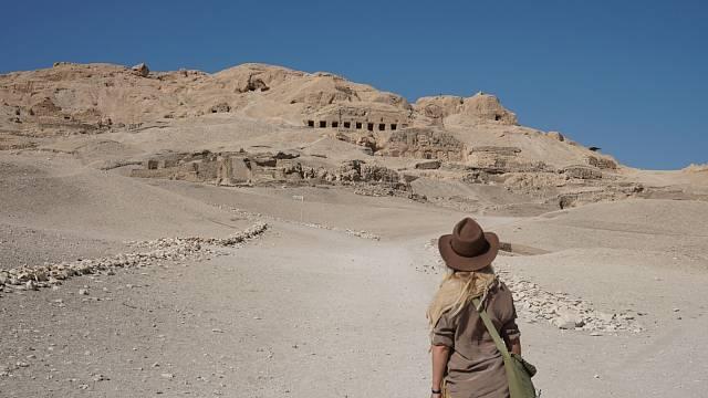 Pohled na vesnici lupičů hrobek, Abd el-Qurna v Luxoru, Egypt