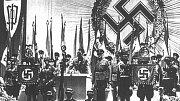 Hitlerův náměstek Rudolf Hess přijímá na libereckém výstavišti vlajku od Konrada Henleina