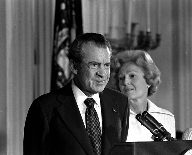 8. srpna 1974, Richard Nixon oznamuje abdikaci (v pozadí prezidentova choť)