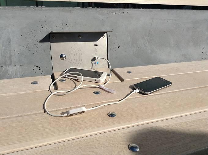 Chytrá lavička vám nabije mobil nebo tablet.