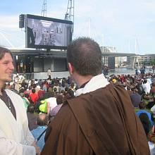Fanoušci sledují Hvězdné války během srazu.