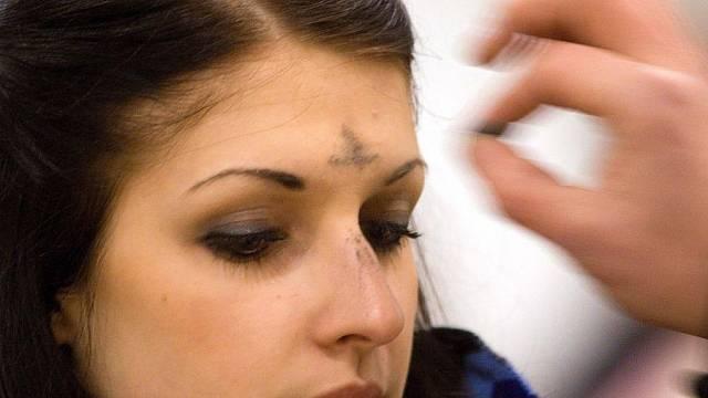 Popeleční středa. Věřící dostávají v kostele znamení popelem, jako připomínku pomíjivosti lidského bytí