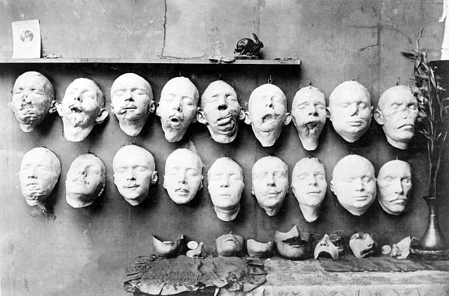 Odlitky obličejů znetvořených vojáků