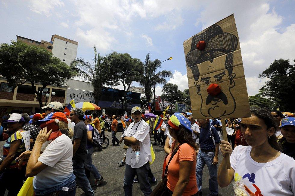 Venezuela vře. Energetická a ekonomická krize přivedly zemi na pokraj krachu. Venezuelanům už s vládou prezidenta Nicoláse Madura došla trpělivost.