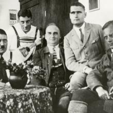 Hitler v roce 1924 ve věznici Landsberg obklopen přáteli (Rudolf Heß, Emil Maurice, Kriebel)