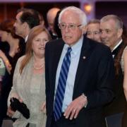 Prezidentský kandidát Bernie Sanders se stal terčem Obamových vtipů. Na snímku s maželkou Jane.