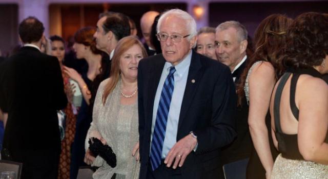 Prezidentský kandidát Bernie Sanders se stal terčem Obamových vtipů. Na snímku smaželkou Jane.
