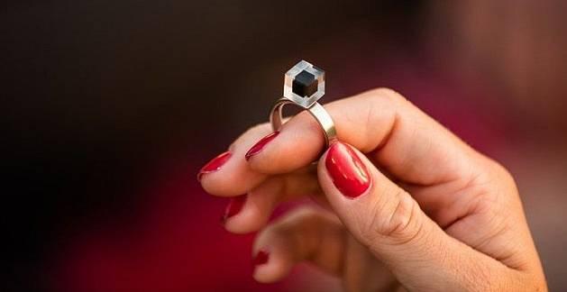 Prsten se stlačeným prachem z 1000 metrů kubických smogu