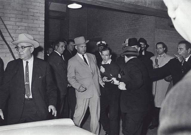Jack Ruby střílí na Leeho Harveyho Oswalda