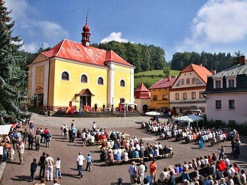 Pouť vMalých Svatoňovicích před kostelem Panny Marie Sedmiradostné