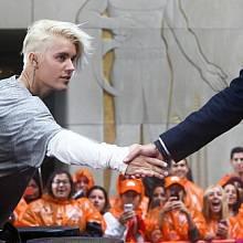 Justin Bieber – první investici provedl již v roce 2009 a dodnes své prostředky vložil do téměř 12 firem. Jejich jména nezveřejňuje, ale média zjistila, že mezi nimi je například hudební služba Spotify.