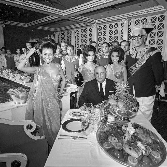 Jay Sarno při slavnostním večeru při otevření Caesar's Palace
