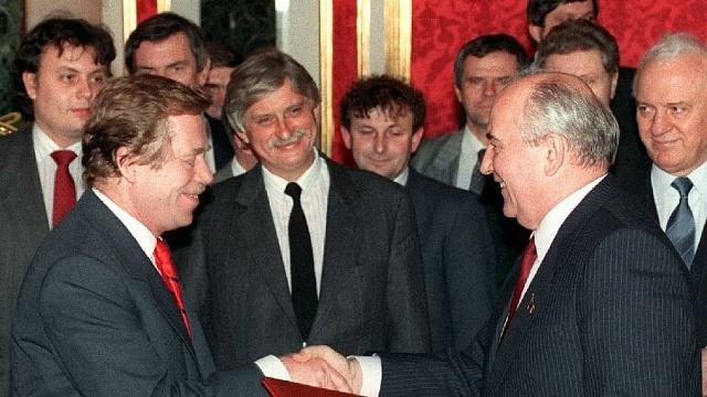Sovětský prezident Michail Gorbačov měl vdobě puče podporu Západu včetně polistopadové československé reprezentace včele sprezidentem Václavem Havlem