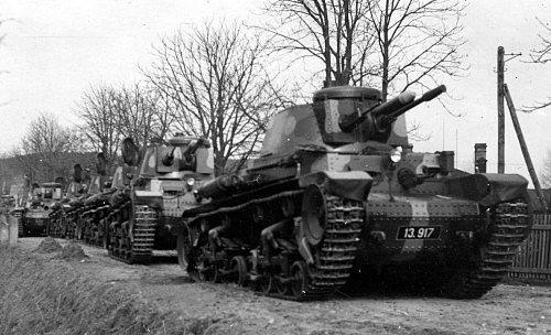Kolona lehkých tanků, které používala československá armáda