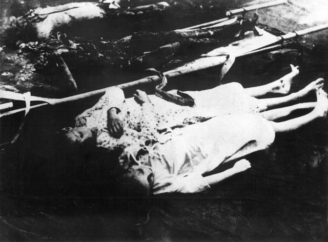 Děti Goebbelsových byly symbolicky oblečeny do sněhově bílých košilek.