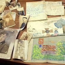 """Mnohé sudetské rodiny se musely vzdát veškerých vzpomínek - ty nejdražší si potom zakopaly. Foto: Předměty nalezené v tzv. """"sudetské bedně"""""""