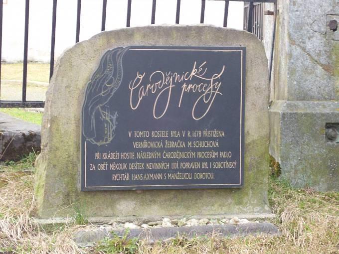 Pamětní deska před kostelem Sv. Vavřince v Sobotíně na uctění obětí čarodějnických procesů
