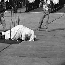 Typické gesto Jana Pavla II., které i parodovaly některé komedie