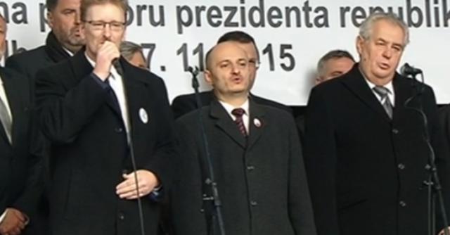 Miloš Zeman santiislamistou Martinem Konvičkou ((po pravici) při demonstraci 17.listopadu 2015