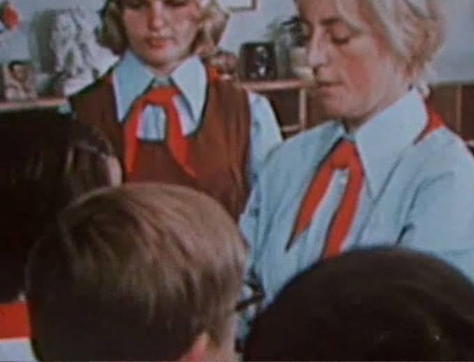 Sedmdesátá a osmdesátá léta. Košile slavnostního kroje se změnily na modré, pracovní kroj měl zelené