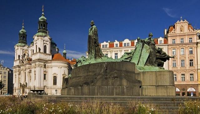 Pomník Mistra Jana Husa na Staroměstském náměstí vPraze byl instalován k500. výročí Husovy smrti za první světové války vroce 1915.