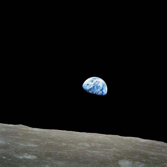 'Východ Země' pozorovaný zApolla 8zpovrchu Měsíce.