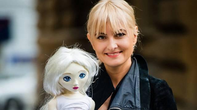Spisovatelka Bára Nesvadbová se svou panenkou Dívka, která by chtěla létat