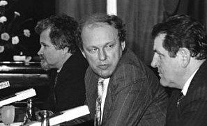 Československá vládní trojka vroce 1990: předseda české vlády Petr Pithart (vlevo), předseda federální vlády Marián Čalfa a předseda slovenské vlády Vladimír Mečiar