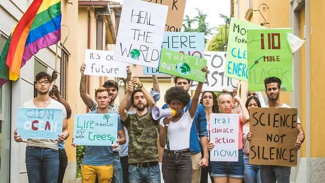 Ekologičtí aktivisté demonstrující v roce 2019 proti globálnímu oteplování