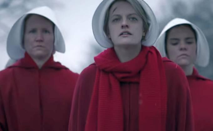 Série The Handmaid's Tale běží od dubna v online půjčovně Hulu a těší se přízni kritiků.