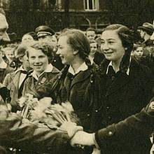 Hitler se zdraví s členkami Svazu německých dívek