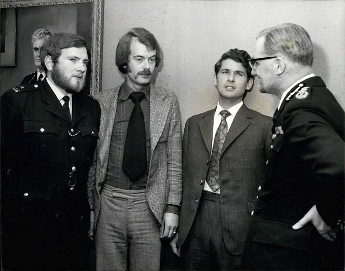 Trojice statečných policistů. Zleva Michael Hills, Peter Edmonds a James Beaton v rozhovoru s pověřencem Metropolitní policie Robertem Markem