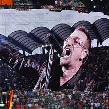 Podobizna zpěváka Bono Voxe na koncertě skupiny U2 v italském Miláně letos v červenci.
