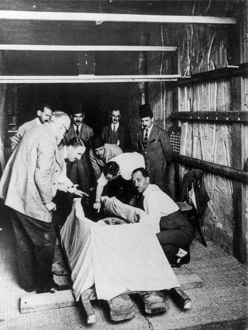Howard Carter a jeho tým s mumií Tutanchamona