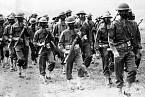 Vojáci se před bojovými plyny bránili maskou