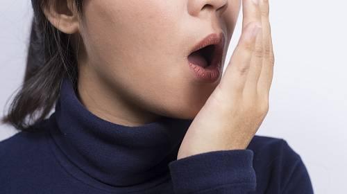 Zápach z úst bývá často důsledkem aromatické stravy.