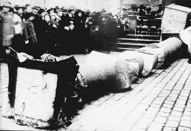 Nejkontroverznější akcí Franty Sauera byla organizace stržení Mariánského sloupu v Praze