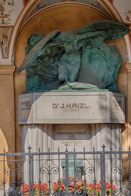 Náhrobek Josefa Kaizla na pražském Vyšehradě s plastikou Objetí lásky a smrti od Bohumila Kafky