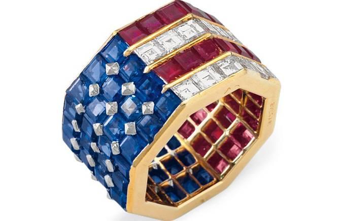 Prsten Nancy Reaganové vykládaný diamanty, safíry a rubíny v barvách americké vlajky od firmy Bulgari. S odhadní cenou 8000 USD vydražen za 319 500 USD.