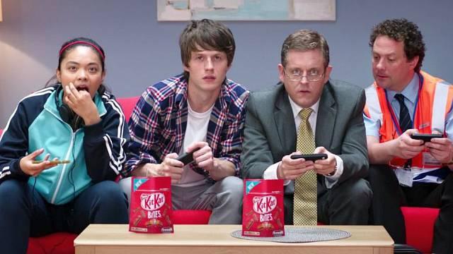 Spot tyčinek Kit Kat ukazuje skupinu lidí hrajících videohru Breakout