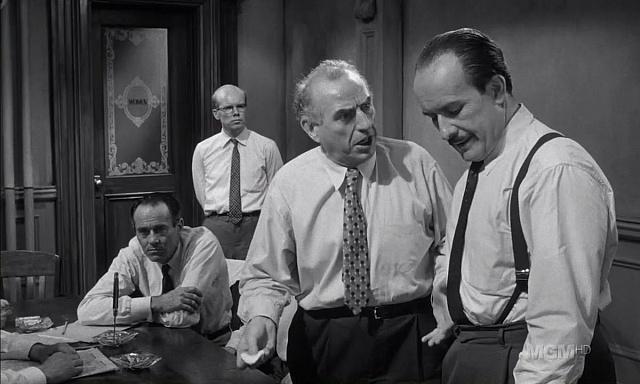 Jiří Voskovec (zcela vpravo) v roli jednoho ze soudců ve slavném filmu Dvanáct rozhněvaných mužů režiséra Sidneyho Lumeta.